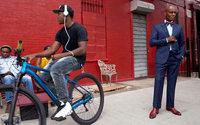 Dapper Dan posa per Gucci Tailoring