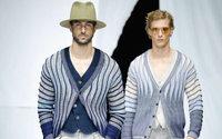 Giorgio Armani belebt ein altes Logo wieder und begeistert mit der aktuellen Herrenkollektion