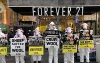 PETA acusa en una protesta a Forever 21 de usar lana de ovejas maltratadas