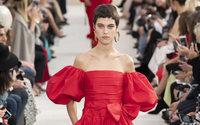Valentino presenta una moda inconformista y sufre un problema de seguridad tras el desfile