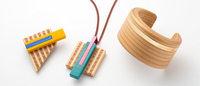 イッセイミヤケと天童木工が杉で作るアクセサリー発売