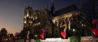 レッドソールがパリのモニュメントに クリスチャン・ルブタン最新広告