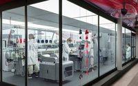 H&M dévoile une machine qui recycle en magasin les vêtements usagés