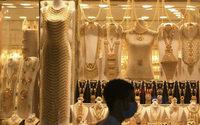 Robes, lunettes et couronnes: le souk de l'or de Dubaï brille à nouveau