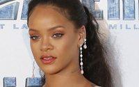 Rihanna s'essaie à la lingerie
