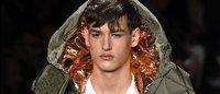 Geometrías de Ferragamo y metalizados de Calvin Klein para el hombre en Milán