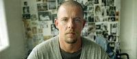 Estilista britânico Alexander McQueen recebe grande exposição em Londres