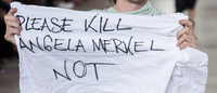 Défilé Rick Owens : un mannequin brandit un message ambigu sur Merkel