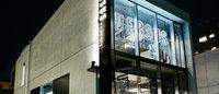 新生ヴェルサス ヴェルサーチ:コレクション発表直後に発売 ロンドンと青山店がデジタルで連動