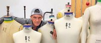 Ator Antonio Banderas explora nova faceta em curso de moda
