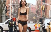 Emily Ratajkowski erregt Aufsehen für DKNY in New York