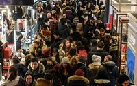 U.S. shoppers, mostly online, spend 16% more over holiday weekend