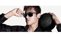 Neymar Jr renova contrato com grife italiana de óculos Police