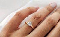 Signet Jewelersraises outlook, CFO steps down