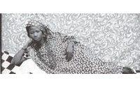 Les photos de Seydou Keïta s'exposent sur des T-shirts Agnès b.
