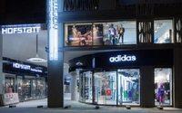 Adidas gana un 74,6% más en el primer semestre y mejora previsiones