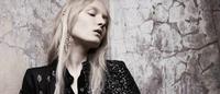 Jeans, luxo e desilusão no 'Opposites Attract' da Vogue Holanda