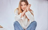 Behati Prinsloo prend la pose pour 7 For All Mankind