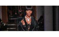 Naomi Campbell volta a desfilar para Versace