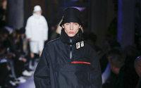 O homem tira, definitivamente, o casaco em Milão
