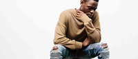 Empoderamento masculino veste jeans rasgado no verão da Represent