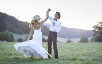 Fines bretelles, pantalons, dos nu : les robes de mariée se renouvellent pour 2017