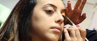 Cosmetica Italia: le donne puntano sul trucco degli occhi, gli uomini risparmiano