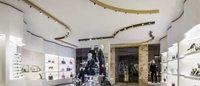 Versace apre una boutique a Boston e la celebra con una capsule