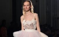 Milano Fashion Week: lino candido e ricami barocchi per il nuovo Puglisi