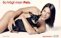 """Jorge González posiert mit Hund Willie für neues PETA-Motiv der Kampagne """"So trägt man Pelz"""""""