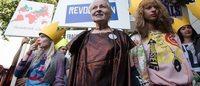 LFW: Vivienne Westwood irrompe con la protesta in passerella