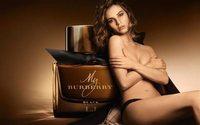 Lily James saca su lado más sensual como imagen de la nueva fragancia de Burberry