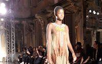 Alberta Ferretti eröffnet die Mailänder Modewoche mit Fransen und Pailletten