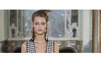 Dreidimensionale Kleider, Katzenmuster und Glamrock-Glanz in Paris