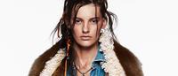 Autorretrato do look total denim na Vogue Austrália