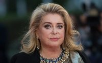 Le chic intemporel de Catherine Deneuve s'invite chez A.P.C.