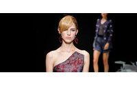 La Moda de Milán se despide bañada en el color rojo de Giorgio Armani