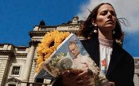 Dans sa dernière campagne, Prada le dit avec des fleurs