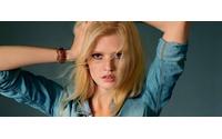 Com jeans, Lara Stone é capa da Marie Claire França