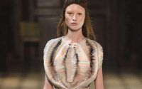 Como são feitos os vestidos esculturais de Iris Van Herpen