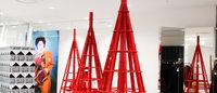 ドーバー銀座に赤いツリー ホリデーコレクション発売で赤を基調とした内装に