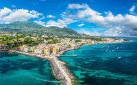 Pour présenter sa Croisière 2022 fin juin, Max Mara embarque pour Ischia