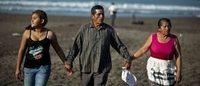 Ecco le scarpe in plastica riciclata raccolta pulendo le spiagge
