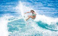 Quiksilver surft auf flacher Welle
