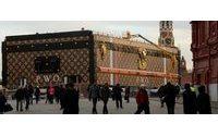 «Verhöhnung»: Riesen-Koffer auf dem Roten Platz empört die Moskauer