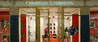 Christian Louboutin apresenta novos modelos 'scarpins' com amarrações