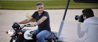 George Clooney en motard sexy pour la nouvelle montre Omega