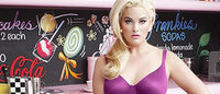 Modelo plus size posa para campanha de lingerie