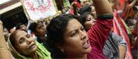 Un centenar de heridos en nuevas protestas de trabajadores del sector textil en Dacca