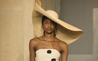 Paris Fashion Week: Jacquemus in un'ode alla sua sensuale mamma